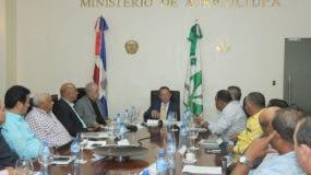 Ministro de Agricultura, Ángel Estévez junto a miembros de la Comisión Nacional Arrocera (CONA) pasan balance al inventario del sector.