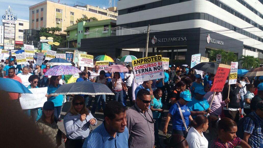Profesores marcha en la Av. Máximo Gómez desde la Av. Bolívar. Foto: José Urtrecho vía Twitter @capiurtecho