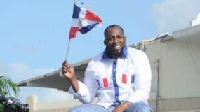 Guerrero pone en alto la bandera dominicana a su llegada al país, tras ser elevado al Salón de la Fama de Cooperstown. Fotos: Fuente externa