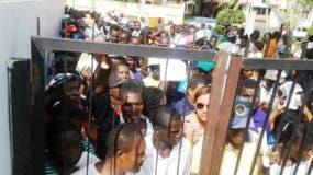 extranjeros-en-su-gran-mayoria-haitianos-abarrotan-gobernacion-de-puerto-plata-para-renovar-carnet-que-legaliza-su-estatus-migratorio