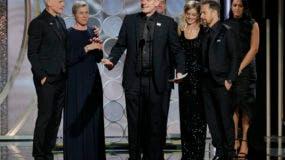 """El productor Graham Broadbent, centro, recibe el premio a la mejor película para """"Three Billboards Outside Ebbing, Missouri"""" en la 75a entrega anual de los Globos de Oro en el hotel Beverly Hilton Hotel en Beverly Hills, California el 7 de enero de 2018 en una fotografía proporcionada por NBC. (Paul Drinkwater/NBC via AP)"""