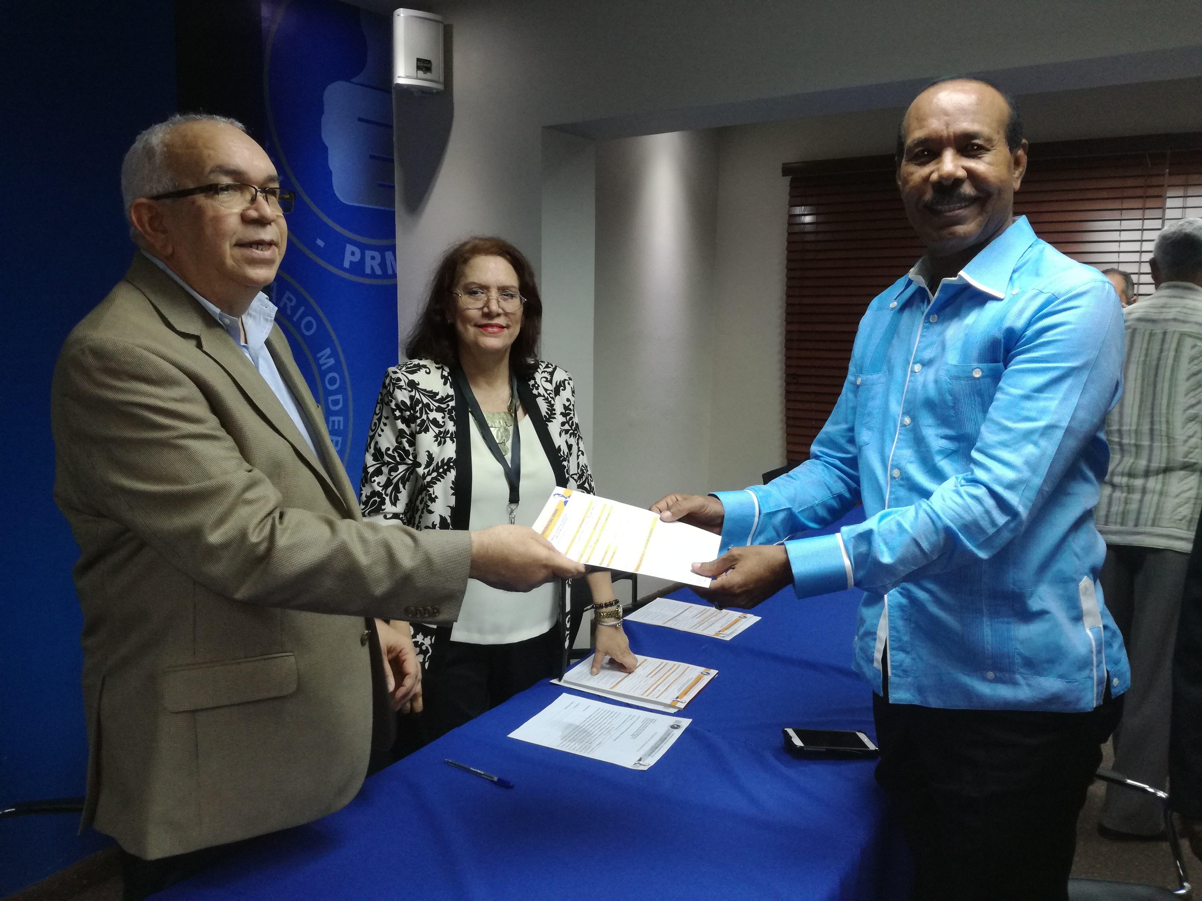 Andrés Bautista inscribe su candidatura para continuar como presidente del PRM