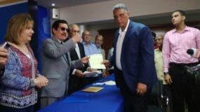 Jesús Vázquez entrega sus documentos al presidente de la Comisión Organizadora de la Convención del PRM, Tony Raful.