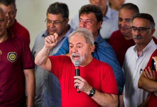 Foto de archivo. El expresidente de Brasil, Luiz Inácio Lula da Silva habla con sus simpatizantes durante una visita a las instalaciones del sindicato de metalúrgica en Sao Bernardo do Campo, Brasil, el miércoles 24 de enero de 2018. (AP Foto/Marcelo Chello)