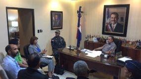Manuel Robles, Franiel Genao y Rosalía Sosa, voceros de la Marcha Verde, conversan con el director de la Policía, Ney Aldrin Bautista Almonte, en su despacho.