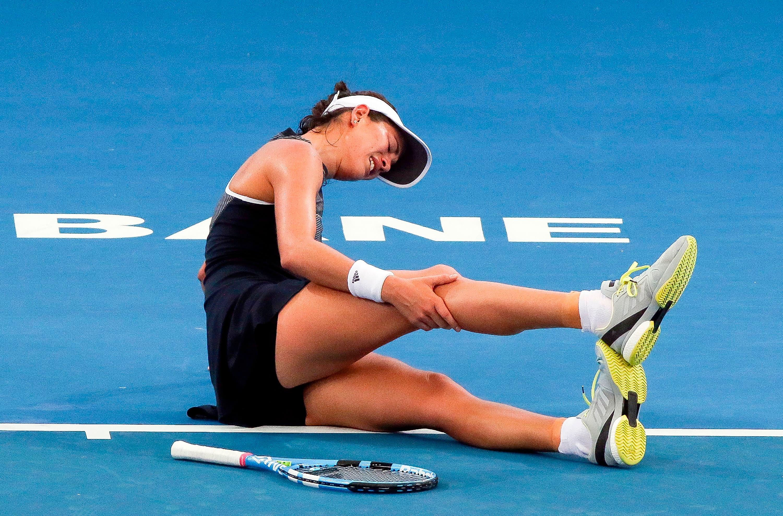 Garbine Muguruza de España se duele la pierna antes de retirarse de su partido de segunda ronda contra Aleksandra Krunic de Serbia en el torneo internacional de tenis de Brisbane en Pat Rafter Arena en Brisbane el 2 de enero de 2018. AFP