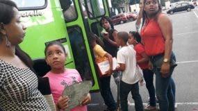 Niños abordando autobus de la OMSA en el Jardin Botánico Nacional.