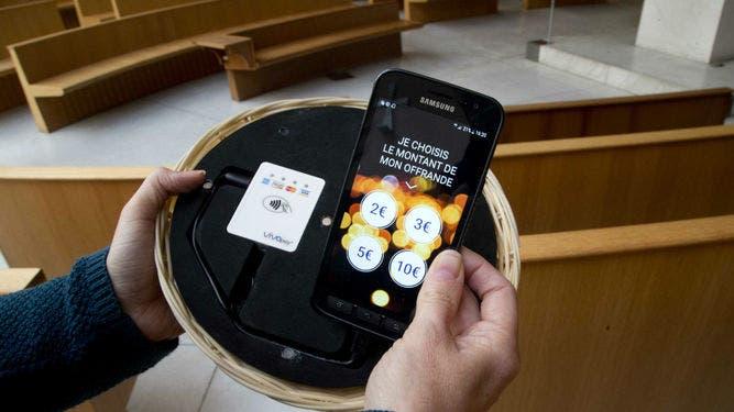 """Cada uno elegirá en una pantalla la suma que desea donar —de 2 a 10 euros (2,4 a 12,2 dólares)— y el pago será procesado en """"un segundo""""."""