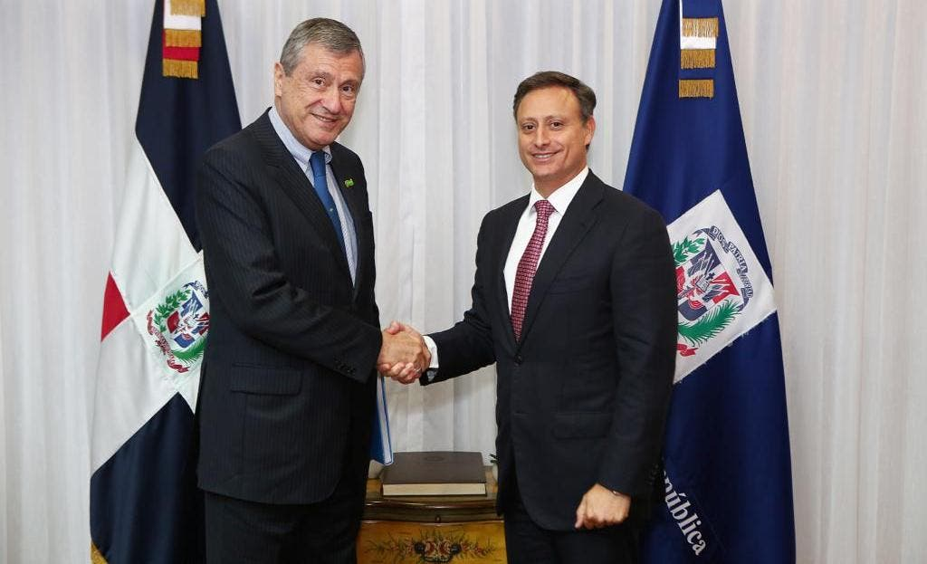 El ministro de Justicia de la República Federativa del Brasil, Torquato Jardim y el procurador general de la República, Jean Rodríguez se saludan.