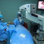 El trasplante de córneas se realiza con frecuencia en el país.  Judith Portorreal  mientras opera en el Cecanot  .  Elieser tapia