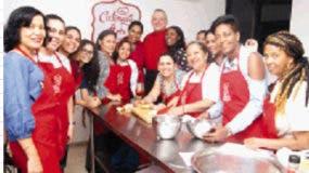 El  chef italiano Giuseppe Imperato junto a las cronistas que participaron.