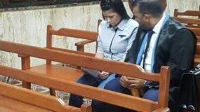 Colombiana junto a su abogado en la corte.