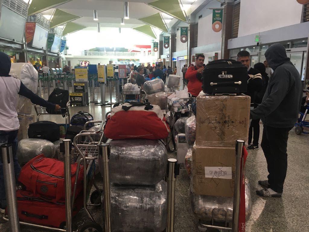 Decenas de personas se encuentran varadas en el AILA tras la suspensión de las operaciones de la aerolínea PAWA.