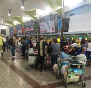 Los pasajeros esperan una solución a su situación, ya que han resultados afectados con la suspensión de la aerolínea.