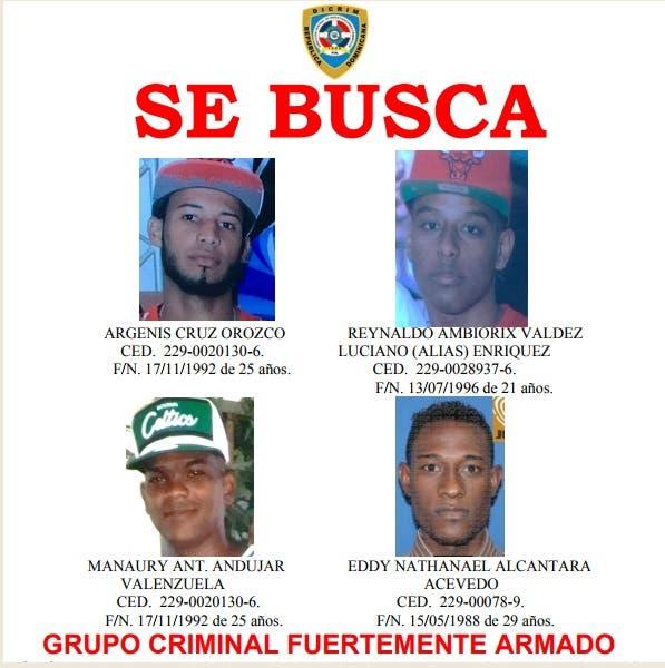 La Policía ha distribuido  un cartel con los rostros de los cuatro prófugos.