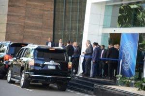 El presidente Danilo Medina y algunos de llos cancilleres acompañantes salieron de la sede donde se lleva a cabo la quinta ronda de negociaciones. Foto: José de León/El Día.