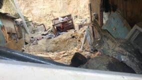 La casa donde murieron la señora  Yafreysi Danilza Peña Matos y dos de sus hijas fue construida en al lado de un barranco. Foto: @informativosTA.