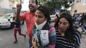 Lady Ramírez sostiene una foto de su hermana. AP