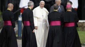 El papa Francisco es recibido por el presidente peruano Pedro Pablo Kuczynski a su llegada al aeropuerto internacional de Lima, Perú.AP