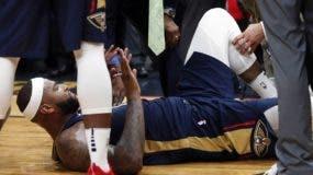 DeMarcus Cousins tras sufrió una lesión en el partido  de la noche del viernes, donde su equipo se enfrentaba a los Houston Rockets. AP