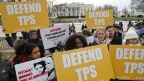 CASA de Maryland, una organización de defensa de los inmigrantes, realiza una manifestación en el Parque Lafayette frente a la Casa Blanca en Washington, , en reacción al anuncio sobre el Estatus de Protección Temporal para personas de El Salvador.  (AP Foto / Pablo Martinez Monsivais)