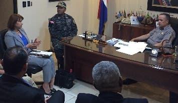 Representantes del colectivo conversan con el director de Policía.