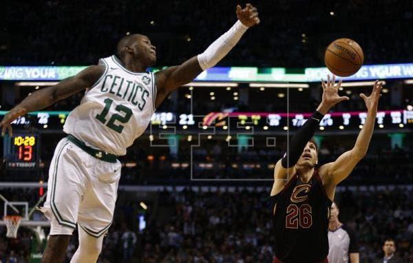 Rockets ganan sin Harden; Celtics dan una paliza a los Cavaliers