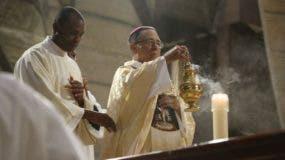 Monseñor Nicanor Peña realiza los rituales correspondientes a la misa.
