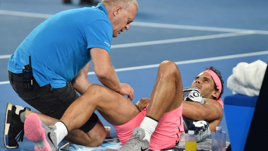 El español Rafael Nadal (R) recibe atención médica durante el partido de cuartos de final de singles masculinos contra el croata Marin Cilic en el noveno día del torneo de tenis del Abierto de Australia en Melbourne el 23 de enero de 2018. AFP