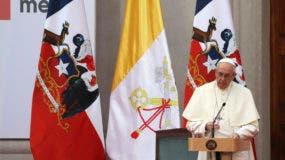 El papa Francisco pronuncia un discurso durante un encuentro con autoridades, miembros de la sociedad civil y el cuerpo diplomático en el Palacio de la Moneda, en Santiago de Chile, el martes 16 de enero de 2018. (AP Foto/Alessandra Tarantino)