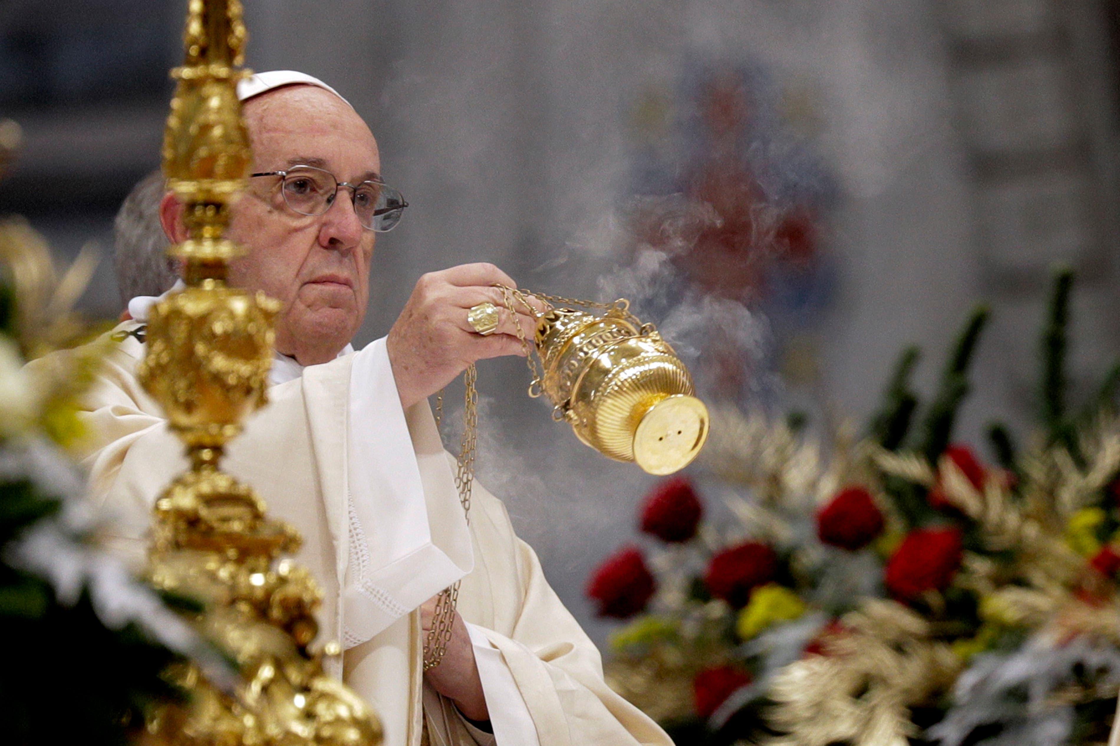 El papa Francisco agita un incensario frente al altar mientras celebra una misa de Epifanía en la Basilica de San Pedro en el Vaticano, el sábado 6 de enero de 2018. (AP Foto/Andrew Medichini)