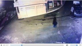 El video fue captado por las cámaras de vigilancia de un colmado próximo a la residencia del occiso.
