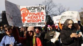 En todo el país, cientos de miles de personas están marchando en lo que es el aniversario de un año de la toma de juramento del presidente Donald Trump para protestar contra sus declaraciones anteriores sobre las mujeres y para celebrar los derechos de las mujeres en todo el mundo. AFP