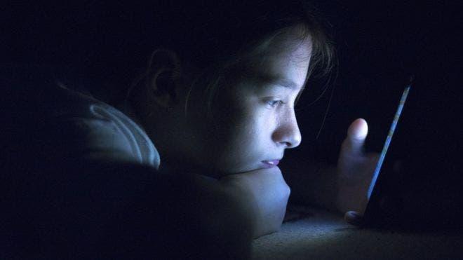 Los especialistas recomiendan no mirar a pantallas inmediatamente antes acostarse.