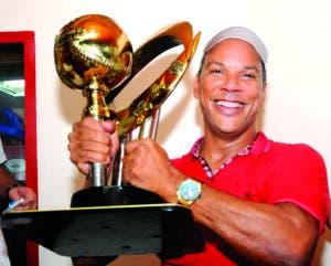 Moisés muestra uno de los tantos trofeos que se anotó como gerente.