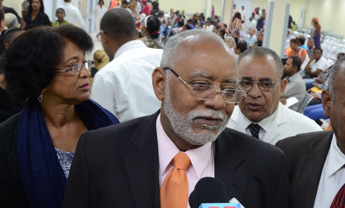 Wilson  Roa,  presidente del Colegio Médico Dominicano, defiende a los agalenos.  archivo.