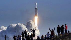 Espectadores miran el cohete. Viajará a una velocidad de 11 kilómetros por segundo. En seis meses  llegará  a  Marte.   AP