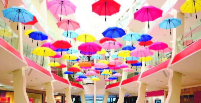 150-paraguas-de-colores-cayendo-desde-el-cielo-son-la-nueva-atraccion-de-acropolis-center-800x409