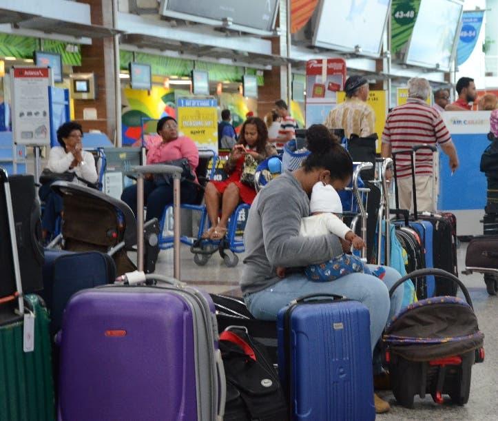 Miles de pasajeros quedaron varados por la suspensión de 90 días a la aerolínea bandera del país.  Archivo.