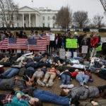 Cerca de la Casa Blanca decenas de adolescentes se tendieron ayer sobre el pavimento.  AP.