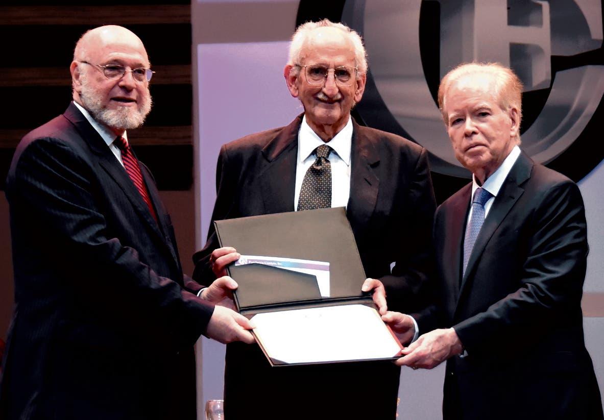 Pedro Vergés y José Luis Corripio Estrada entregaron premio  a Salvador Gautier.  alberto  calvo.