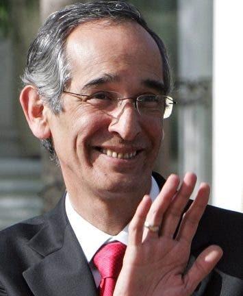 El expresidente Álvaro Colom ya guarda  prisión .