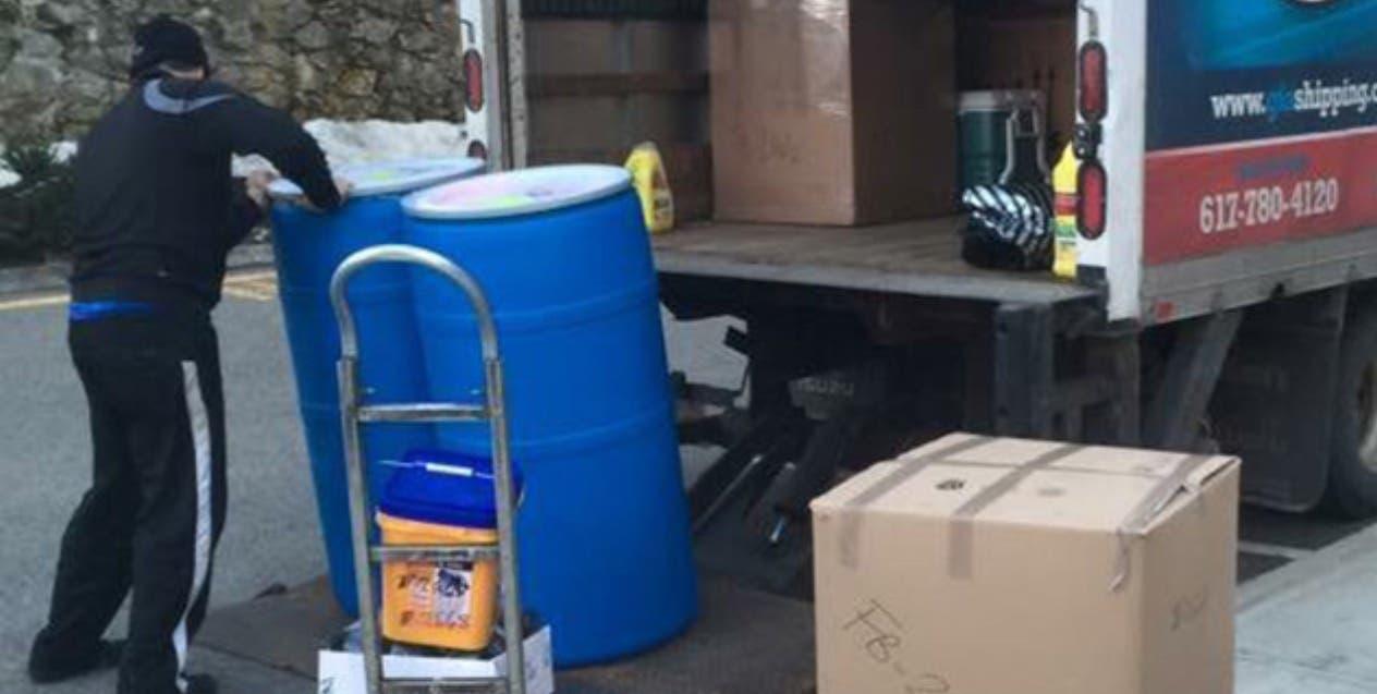 Las agencias de envíos de cajas con comida y artículos generan 10 mil empleos directos .  Archivo.