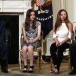 Maestros y familiares de víctimas de tiroteos, hablaron con Donal Trump  en la Casa Blanca.