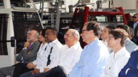 El presidente Danilo Medina (al centro) en el acto de lanzamiento de la campaña sobre el buen uso del teleférico.