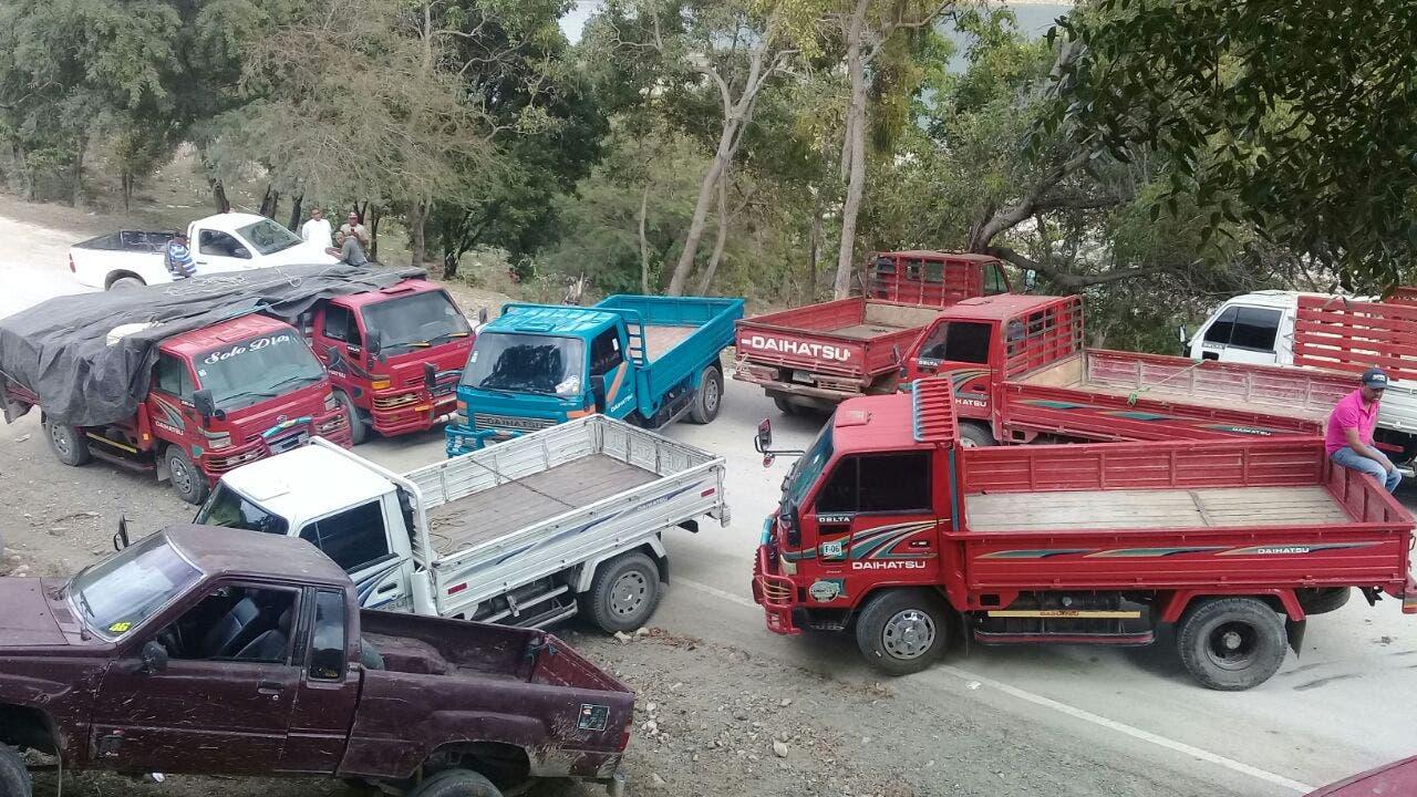 Transportistas bloquean carretera en San Juan en reclamo de que Medio Ambiente les pague