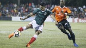 Alan Pulido golpe la bola frente a  Tafarel Ferreira.  T. Núñez.