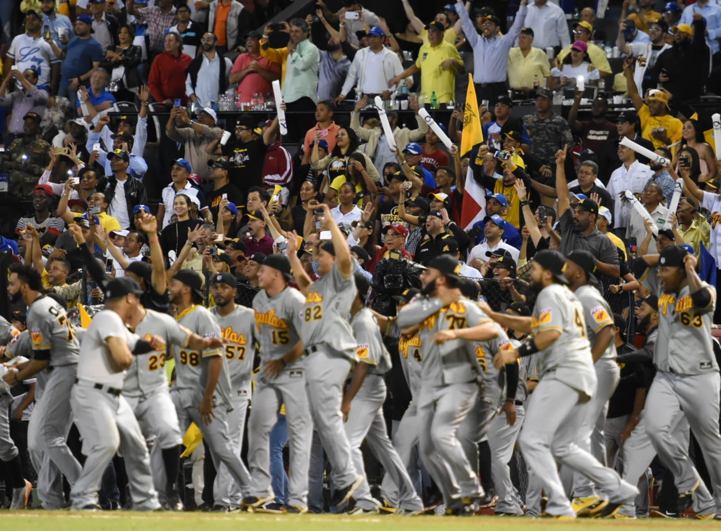 Jugadores de las Águilas Cibaeñas celebran con algarabía después de coronarse campeón ayer del torneo de béisbol invernal con su  triunfo frente al Licey.  Alberto Calvo