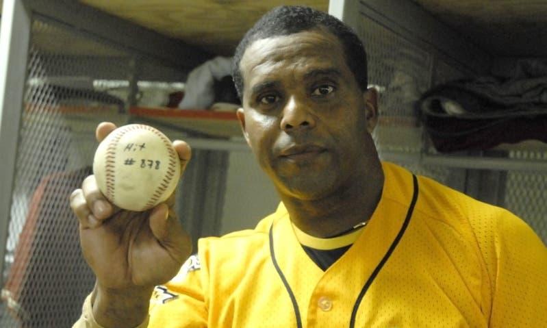El dominicano Luis Polonia muestra la bola del hit 878.