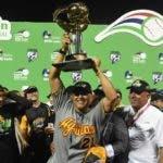 El dirigente Lino Rivera levanta la copa de campeón con las Águilas Cibaeñas.